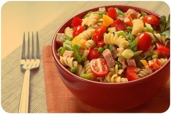sebzeli-jambonlu-makarna-salatasi