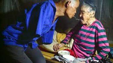 Kolları Olmadan 91 Yaşındaki Annesine Bakıyor