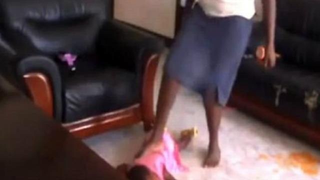 10 Aylık Bebeği Yere Atıp Ezmeye Kalktı